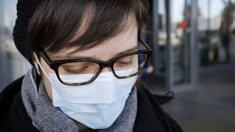 Une voyageuse à l'aéroport de Trévise (Italie), le 4 mars 2020. (JACOPO LANDI / NURPHOTO / AFP)