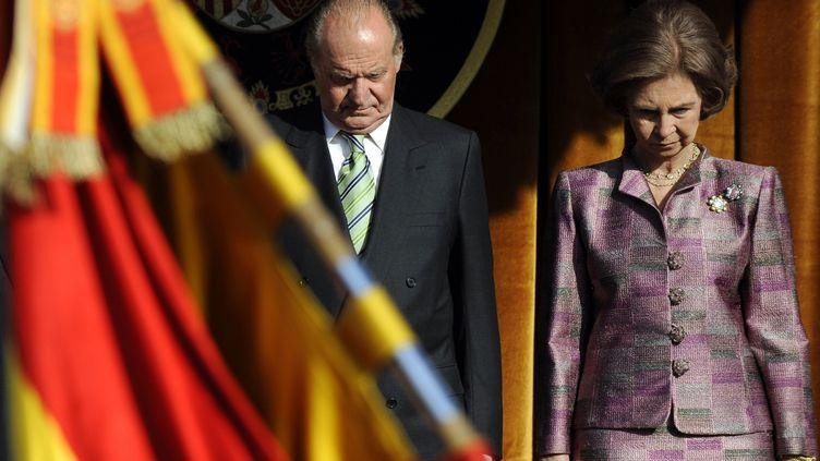 Le roi Juan Carlos Ier d'Espagne et son épouse, la reine Sofia (Sophie de Grèce), assistent à un défilé militaire au palais du Pardo, à Madrid, le 19 octobre 2009. (PIERRE-PHILIPPE MARCOU / AFP)