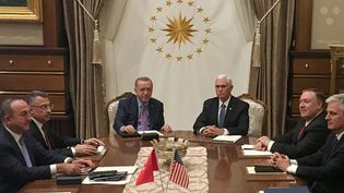 Au centre, le vice-président américain, Mike Pence, et le président turc, Recep Tayyip Erdogan, lors d'un sommet sur l'offensive turque en Syrie, à Ankara (Turquie), le 17 octobre 2019. (SHAUN TANDON / AFP)