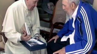 Le pape François (à gauche) et l'ex-président cubain Fidel Castro le 20 septembre 2015 à La Havane (Cuba). Caputre d'écran de la télévision Cubavision. (CUBAVISION / AFP)