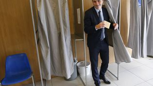 Le candidat de la liste nationaliste Pè a Corsica, Gilles Simeoni, dans un bureau de vote à Bastia, en Corse, lors du premier tour des élections territoriales, le 3 décembre 2017. (PASCAL POCHARD-CASABIANCA / AFP)