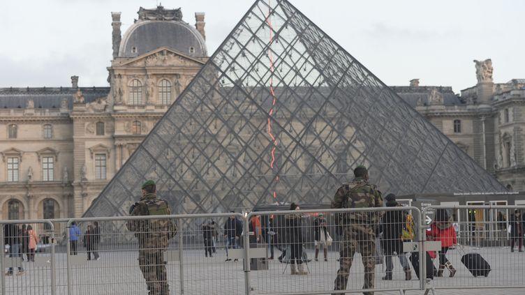 Des militaires en patrouille devant le musée du Louvre à Paris, le 4 janvier 2016. (ARTUR WIDAK / NURPHOTO / AFP)