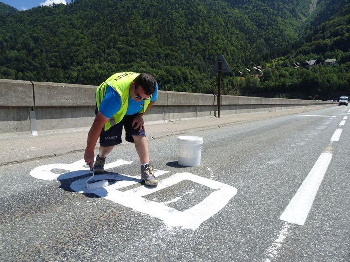 """Pierre, 39 ans, vit son premier Tour de France en tant qu'""""effaceur"""". (FRANCEINFO)"""