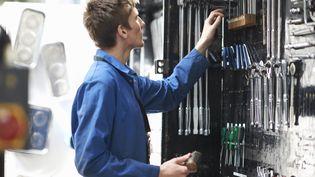 """Un mécanicien peut être """"prété par son garage à un autre garage. (PETER MULLER / CULTURA CREATIVE)"""