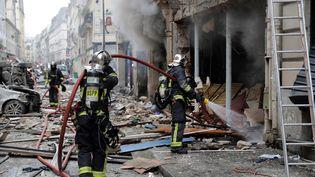 Des pompiers interviennent sur les lieux de l'explosion qui a secoué la rue de Trévise à Paris, samedi 12 janvier 2019. (THOMAS SAMSON / AFP)