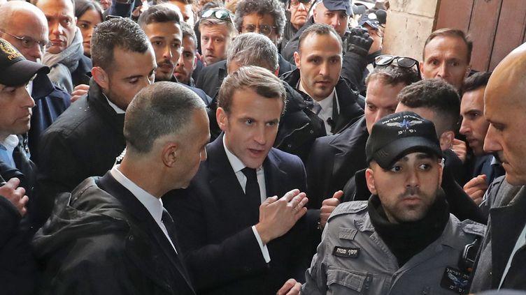 Emmanuel Macron à l'entréede l'église Sainte-Anne, l'un des territoires français de Jérusalem, le 22 janvier 2020. (LUDOVIC MARIN / AFP)