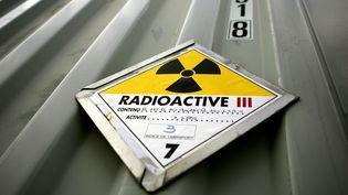 Un panneau informant de la radioactivité de colis transportés dans un camion de déchets radioactifs, le 28 novembre 2005. (OLIVIER LABAN-MATTEI / AFP)