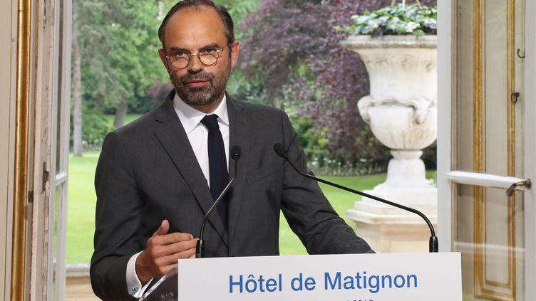 Edouard Philippe s'exprime devant la presse après une réunion avec les syndicats dans le dossier de la SNCF, le 25 mai 2018, à Matignon, à Paris. (JACQUES DEMARTHON / AFP)