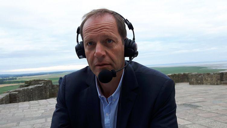 (Christian Prudhome dans la matinale spéciale de France Info ce vendredi en direct du Mont Saint Michel © Radio France / Fabrice Rigobert)