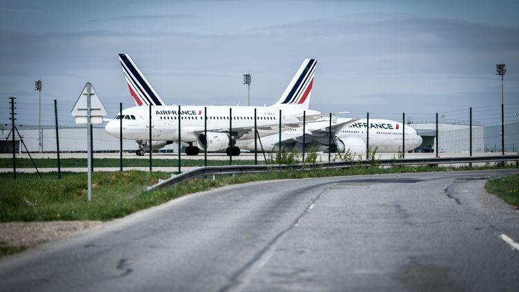 Des avions de la compagnie Air France, le 24 avril 2018, sur le tarmac de l'aéroport Roissy-Charles-de-Gaulle. (STEPHANE DE SAKUTIN / AFP)