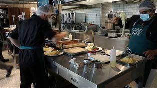 Une nouvelle école de cuisine s'est installée au milieu du marché de Rungis. On y apprend les bons gestes en cuisine et l'art de la table. (France 2)