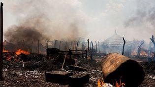 A Bentiu, au Soudan du Sud, des maisons partent en fumée après avoir été touchées par les bombes des forces armées soudanaises (14 avril 2012) (Adrianne Ohanesian)