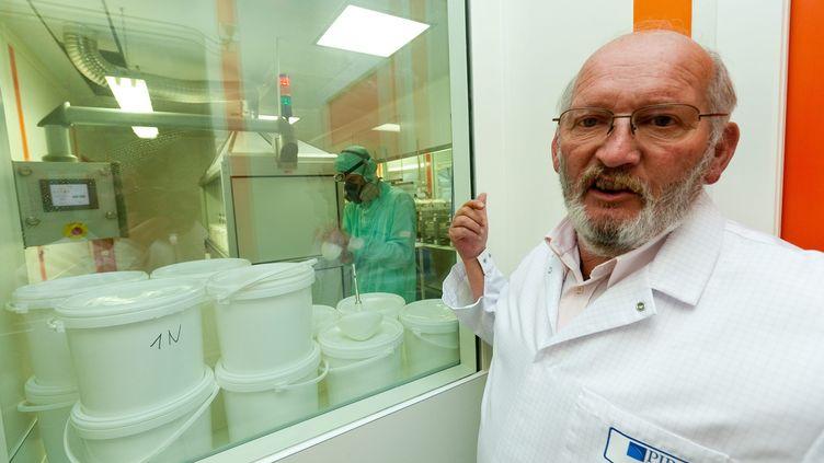 Le fondateur de la société de fabrication de prothèses mammaires PIP, Jean-Claude Mas, dans son usine à La Seyne-sur-Mer (Var). Photo non datée. (MAXPPP)