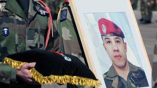 Le caporal-chel Abdel Chennouff reçoit, à titre posthume, la légion d'honneur, le 15 mars 2013 à Montauban (Tarn-et-Garonne). (PASCAL PAVANI / AFP)