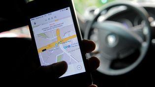 L'application de réservation de véhicules de tourisme avec chauffeur Uber, utilisée à Berlin (Allemagne), le 2 septembre 2014. (BRITTA PEDERSEN / DPA / AFP)