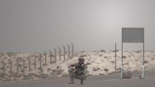 Un insurgé libyen surveille un barrage à 18 km d'Ajdabiya, sur la route de Brega, le 19 juillet 2011. (AFP PHOTO/GIANLUIGI GUERCIA)