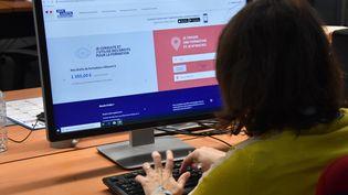Une femme crée son compte formation en ligne. Photo d'illustration. (CLAUDE PRIGENT / MAXPPP)