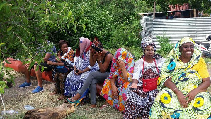 Les mères mahoraises s'inquiètent pour la sécurité de leurs enfants dans les établissements scolaires de Mayotte. (LAURENT MACCHIETTI / RADIO FRANCE)