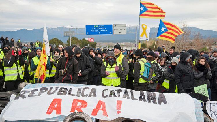 Des militants séparatistes catalans bloquent une partie de l'autoroute A7, mardi 27 mars 2018 près deGérone (Catalogne). (MAXPPP)