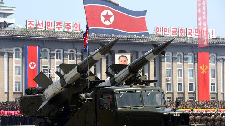 Un véhicule lanceur de missiles lors de la parade militaire du 15 avril 2012 à Pyongyang (Corée du Nord). (PEDRO UGARTE / AFP)