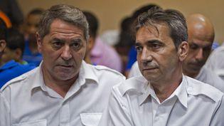 Le pilote Pascal Fauret et son copilote Bruno Odos, le 4 février 2014, devant le tribunal de Higuey (République dominicaine). (ERIKA SANTELICES / AFP)