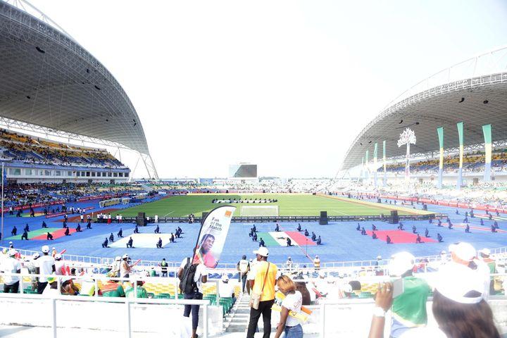 Les supporters des équipes assistent à la cérémonie d'ouverture de la Coupe d'Afrique des Nations 2017, le 14 janvier 2017, au stade de l'Amitié à Libreville, au Gabon, un des stades construits et financés par la Chine.  (OLIVIER EBANGA / ANADOLU AGENCY)