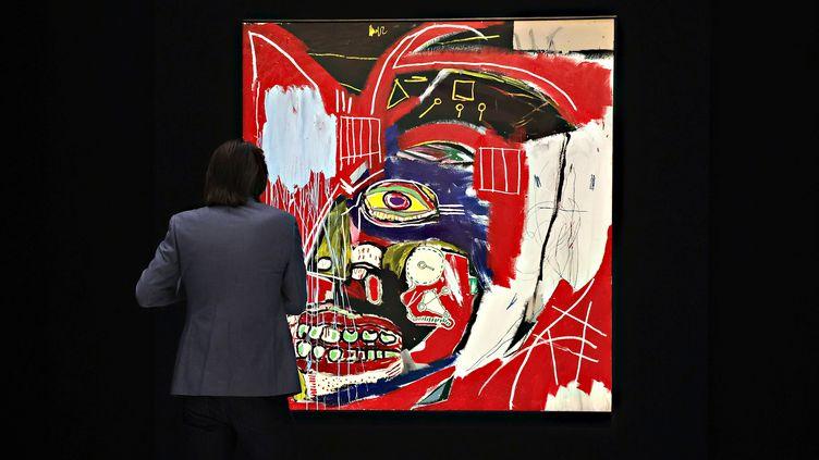 """Le tableau """"In This Case"""" de Jean-Michel Basquiat en vente chez Christie's à New York (7 mai 2021) (CINDY ORD / GETTY IMAGES NORTH AMERICA)"""