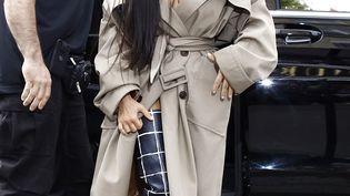 Kim Kardashian et son garde du corps à Paris, le 2 octobre 2016, avant le braquage dont a été victime la star de la téléréalité. (MEHDI TAAMALLAH / NURPHOTO / AFP)