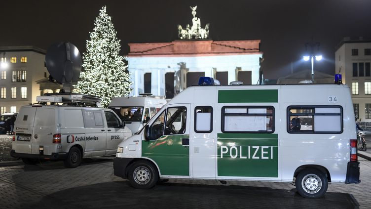 Des policiers stationnés devant la porte deBrandebourg, à Berlin (Allemagne), le 20 décembre 2016. (CLEMENS BILAN / AFP)