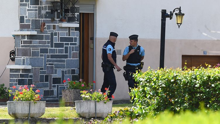 Des gendarmes quittent le domicile d'Albert et Monique Villemin, le 15 juin 2017 àAumontzey (Vosges) dans le cadre de l'enquête sur la mort du petit Grégory Villemin. (PATRICK HERTZOG / AFP)