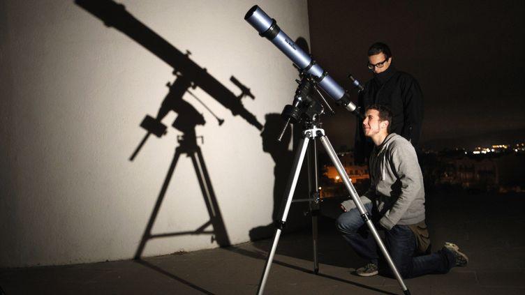 Des étudiants de l'observatoire de Sabadell (Espagne) regardent le passage de l'astéroïde 2012 DA14, le 15 février 2013. (GUSTAU NACARINO / REUTERS)