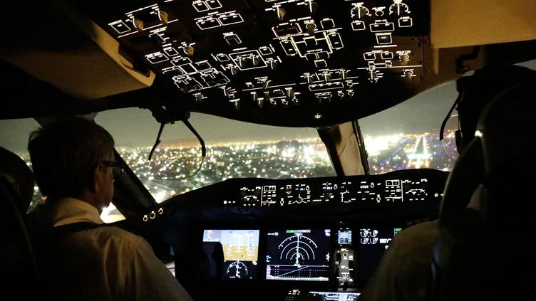 Un cockpit d'avion de nuit. Photo d'illustration. (MAXPPP)