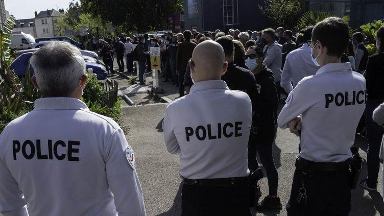 Des policiers rassemblés devant le commissariat de Nantes pour rendre hommage à Stéphanie M., victime de l'attentat de Rambouillet, le 26 avril 2021. (ESTELLE RUIZ / HANS LUCAS / AFP)