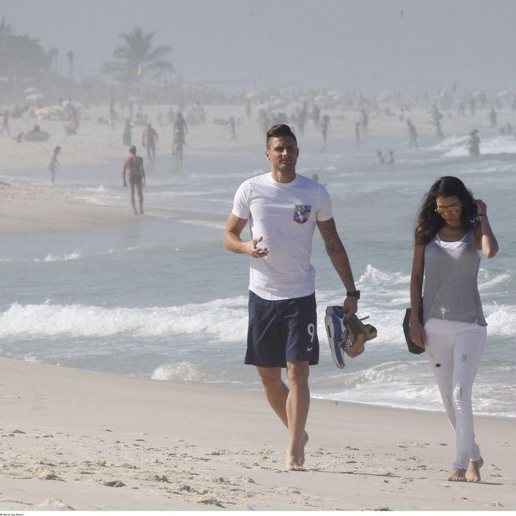 Olivier Giroud et son épouse, Jennifer, sur la plage de Barra da Tijuca, à Rio de Janeiro (Brésil), le 26 juin 2014. (TAAMALLAH MEHDI / SIPA)