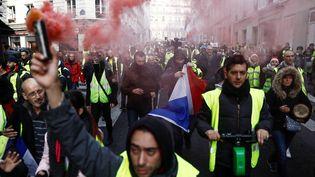 """Les """"gilets jaunes"""" défilent dans Paris pour le sixième samedi consécutif, le 22 décembre. (SAMEER AL-DOUMY / AFP)"""