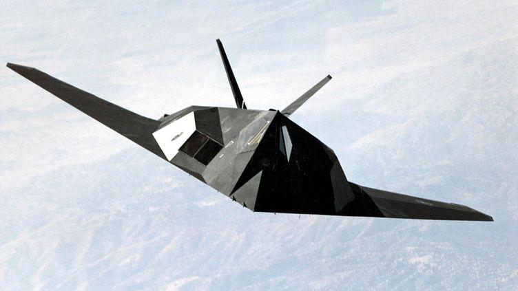 Le futur avion de combat nouvelle génération sera furtif, comme le F117 américain dont les formes lui permettent d'échapper aux radars(ici un F-117 Nighthawk,en 1999). (USAF / US AIR FORCE)