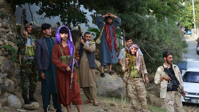 Des jeunes afghans ont répondu à l'appel d'Ahmad Massoud, le fils du commandant Massoud, et ont rejoint les forces de sécurité afghanes luttant contre les talibans dans la vallée du Panshir. (AHMAD SAHEL ARMAN / AFP)