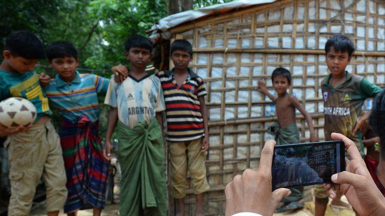 Mohammad Rafiq prend des photos dans le camp de réfugiés de Kutupalong, au Bangladesh. (MUNIR UZ ZAMAN / AFP)