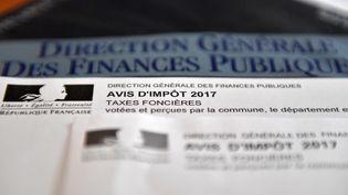Un avis d'imposition pour la taxe foncière à Vertou (Loire-Atlantique), le 8 octobre 2017. (LOIC VENANCE / AFP)