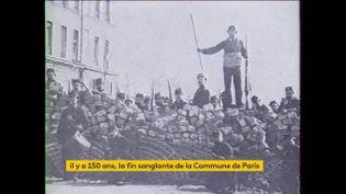 Des Communards sur des barricades en 1871. (franceinfo)