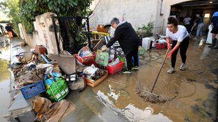 Des habitants nettoient leur maison aprèslesforts orages àVilleneuve-lès-Beziers (Hérault). (PASCAL GUYOT / AFP)