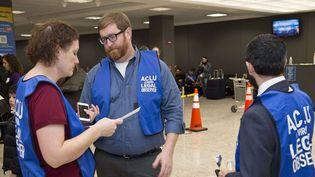 Les avocats de l'ONG ACLU, le 29 janvier 2017 à l'aéroportinternational Dulles de Washington. (Mathieson Sr./Shutterst/SIPA)