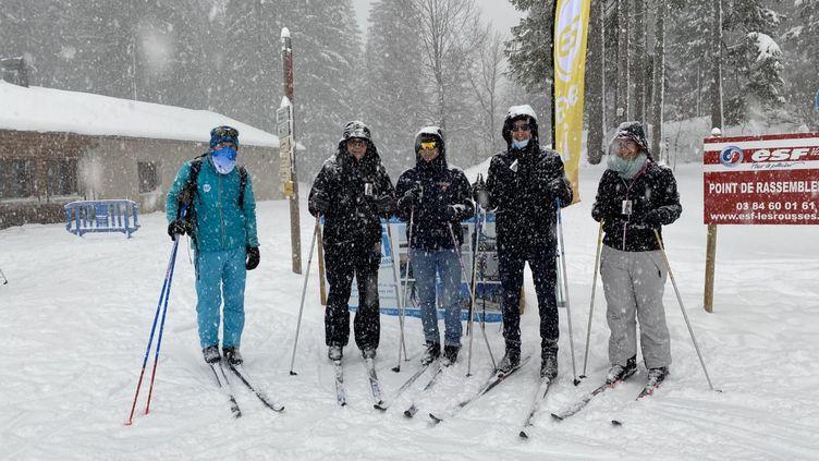 Une famille part découvrir le ski nordique avec un moniteur, dans la station des Rousses, à la frontière suisse, dans le Jura. (LAURIANE DELANOE / RADIO FRANCE)