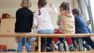 Des enfants dans une crèche à Dresde, en Allemagne, le 18 mai 2020. (SEBASTIAN KAHNERT / DPA-ZENTRALBILD / AFP)
