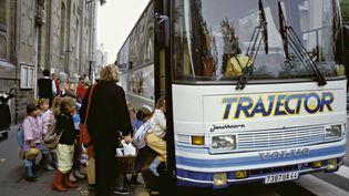 Des enfants montent dans un bus scolaire. (ALAIN LE BOT / PHOTONONSTOP / AFP)