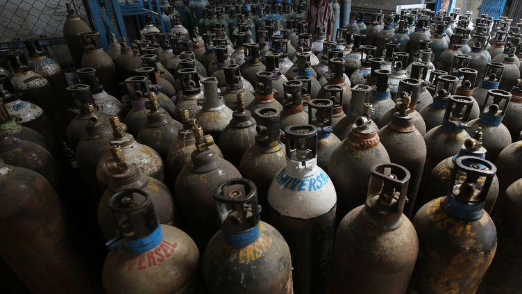 Des bouteilles d'oxygène vides, des retour des hopitaux de Bangalore (Inde), le 21 avril 2021. Photo d'illustration. (JAGADEESH NV / EPA / MAXPPP)