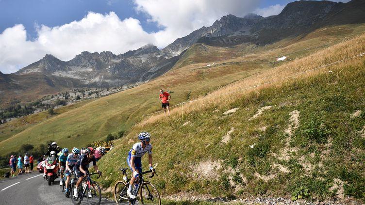 Plusieurs coureurs du Tour de France sur les pentes du col de la Madeleine, lors de la 17e étape entre Grenoble (Isère) et Méribel (Savoie), le 16 septembre 2020. (ANNE-CHRISTINE POUJOULAT / AFP)