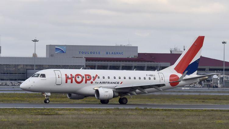 Un avion de la compagnie Hop!, filiale d'Air France, sur le tarmac de l'aéroport de Toulouse-Blagnac, le 24 novembre 2016. (PASCAL PAVANI / AFP)