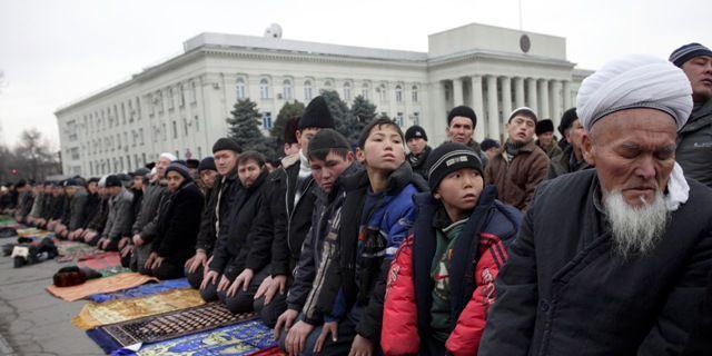 Près de 50.000 croyants rassemblés à Bichkek, la capitale kirghize, pour la prière du vendredi de Kurban Bairam, le 19 décembre 2007. (VERIF PHOTO !!!) (REUTERS/Vladimir Pirogov )