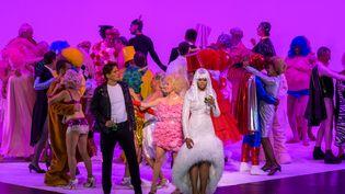Christian Helmer (Il Barone Douphol), Catherine Trottmann (Flora Bervoix) et Pretty Yende (Violetta Valéry) (Charles Duprat / Opéra national de Paris)